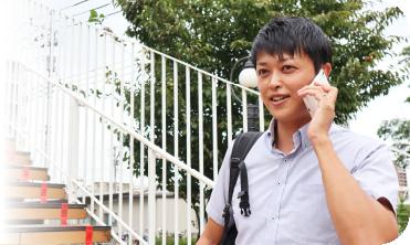 明日の予定を電話で確認する吉川 聡一郎