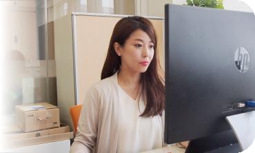 パソコンを見ている鈴木 祐美子