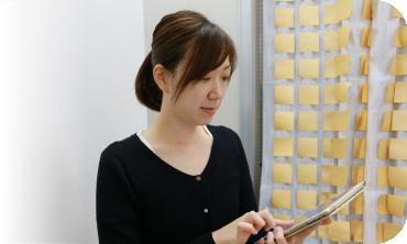 営業と打合せをする村田 聖子