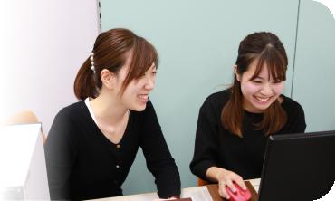 新人を研修している村田 聖子
