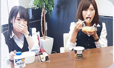 同僚と昼食中の荒井 智美