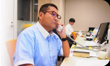 市役所職員と電話相談をしている藤田 雅朗