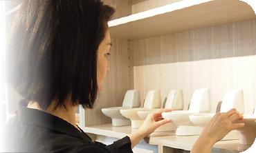 ショールームでシステムキッチンを見ている柴田 麻里