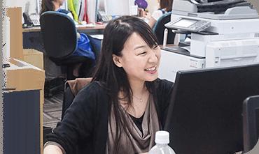 PCに笑顔で向かう村上 美穂