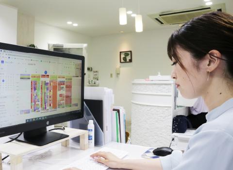パソコンでカラープランをチェックする東 悦子