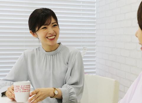 お昼休みにテラス席でコーヒーを飲む東 悦子