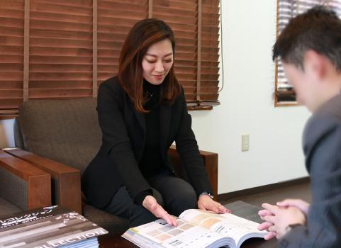 管理会社担当者と打ち合わせを行う鈴木祐美子
