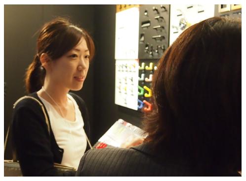 展示会で見学している村田 聖子