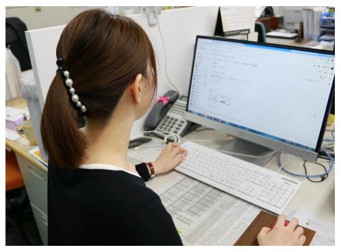 PCでプランを作成している村田 聖子