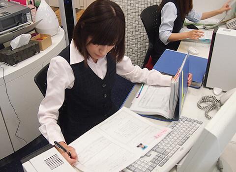 履歴書を資料にまとめている荒井 智美
