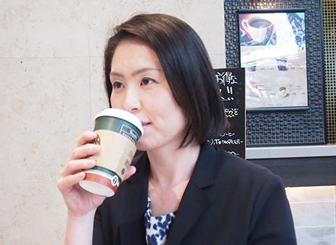 同僚と昼食中の柴田 麻里