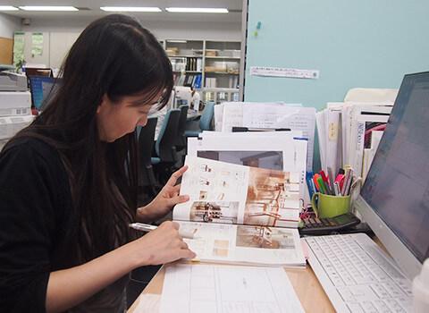 カタログを見ている村上 美穂