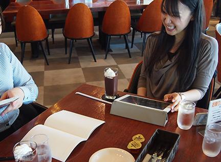同僚と昼食中の村上 美穂