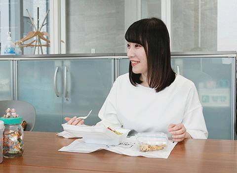 同僚と昼食中の西依 麻帆
