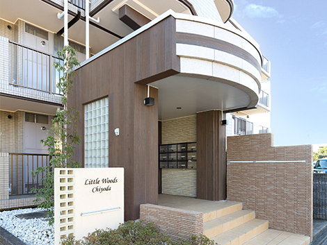 木目調リノストンが施工された賃貸マンションのエントランス