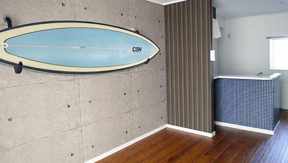 サーフボードが壁面に飾られている室内