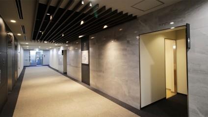新京都センタービル リノベーション後 エレベーターホール大理石調壁面