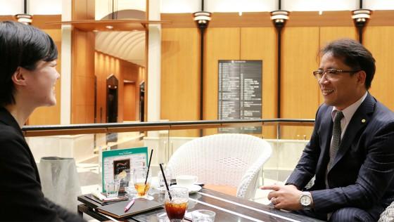 新聞記者に取材される代表取締役社長の則安