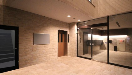 スカイコートタキモト リノベーション後 エレベーターホール ライトアップ